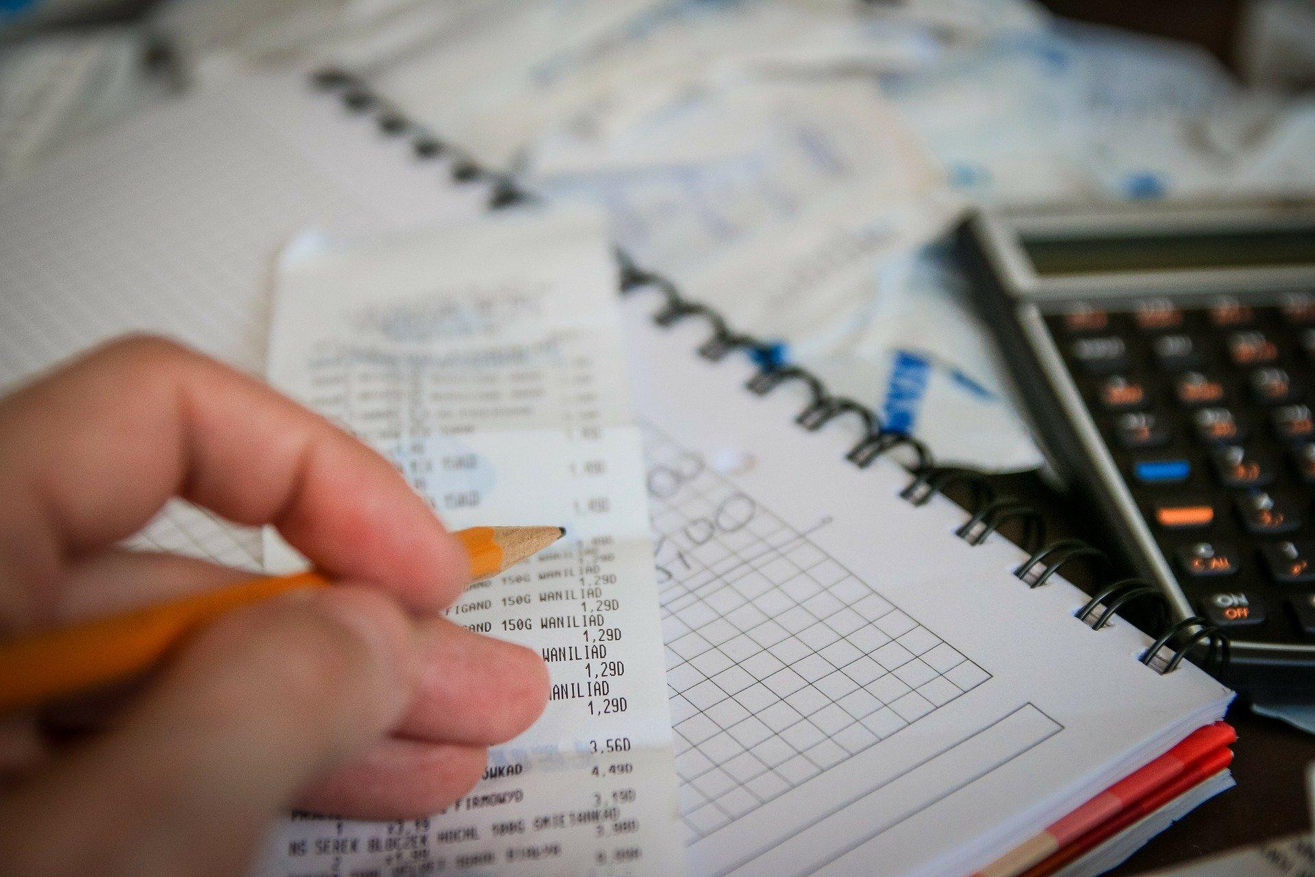 pessoa calculando, anotações
